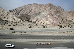QURIYAT, OMAN - FEBRUARY 16:  The breakaway group leads the race on stage three of the 8th Tour of Oman, a 162km road stage from Sultan Qaboos Univeristy to Quriyat on February 16, 2017 in Quriyat, Oman.  (Photo by Bryn Lennon/Getty Images)