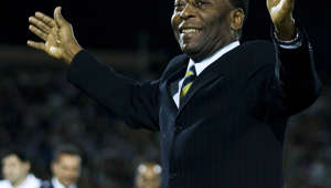 "Brazilian football legend Edson Arantes Donacimento ""Pele"" waves during the opening of the new stadium of Mexican Club Santos in Torreon, on November 11, 2009.    AFP PHOTO/STR (Photo credit should read STR/AFP via Getty Images)"