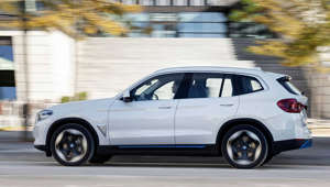 a car parked on the side of a road: BMW elektrifiziert das erfolgreiche SUV!