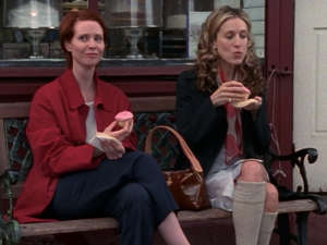 """Sarah Jessica Parker et al. sitting at a table: Cynthia Nixon and Sarah Jessica Parker enjoying Magnolia cupcakes on """"Sex and the City."""" HBO/Sex and the City"""