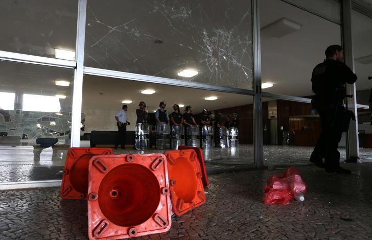 O deputado Lincoln Portela (PRB-MG) disse que, pelo menos, seis policiais foram detidos em protesto no Congresso Nacional