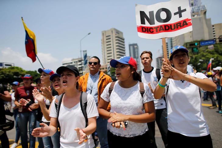 AP Photo: Manifestantes gritan consignas contra el gobierno durante una protesta en Caracas, Venezuela, el jueves 20 de abril de 2017. (AP Foto/Ariana Cubillos)