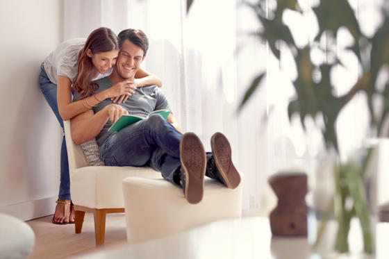Diapositiva 1 de 34: Couple spending time together at home