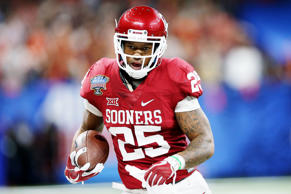 Joe Mixon (25) of the Oklahoma Sooners runs with the ball against the Auburn Tig...