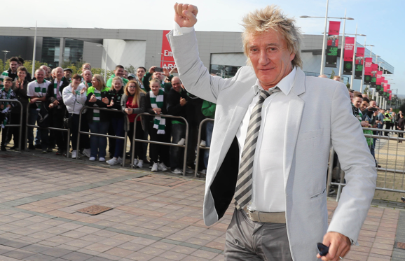 17 枚のスライドの 1 枚目: GLASGOW , SCOTLAND - SEPTEMBER 10: Rod Stewart arrives at Celtic Park before the Ladbrokes Scottish Premiership match between Celtic and Rangers on September 10, 2016 in Glasgow. (Photo by Steve Welsh/Getty Images)