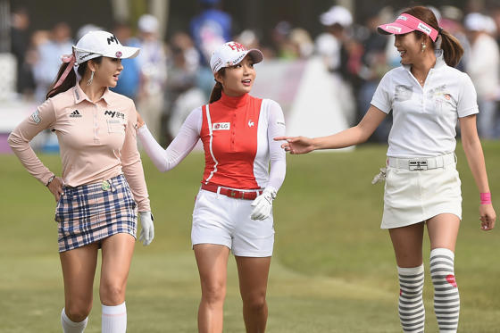 31 枚のスライドの 1 枚目: TSUKUBAMIRAI, JAPAN - MAY 07:  (L-R) Shin-Ae Ahn of South Korea, Bo-Mee Lee of South Korea and Kumiko Kaneda of Japan walk the 1st fairway during the final round of the World Ladies Championship Salonpas Cup at the Ibaraki Golf Club on May 7, 2017 in Tsukubamirai, Japan.  (Photo by Matt Roberts/Getty Images)