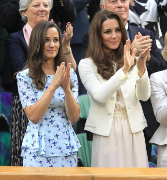 Diapositiva 1 di 12: The Duchess of Cambridge and sister Pippa Middleton (left) attending the the Men's Singles Final during day thirteen of the 2012 Wimbledon Championships at the All England Lawn Tennis Club, Wimbledon.