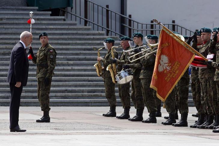 Minister obrony Antoni Macierewicz podczas uroczystości składania przysięgi przez pierwszych żołnierzy Wojsk Obrony Terytorialnej w Białymstoku.