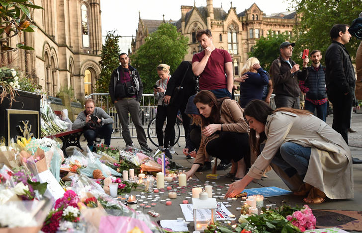 Grupo terrorista Estado Islâmico assumiu a autoria do ataque do lado de fora da Manchester Arena, perto da entrada de uma estação de trem. A bomba utilizada, repleta de pregos, pilhas e material explosivo, tinha o objetivo de provocar uma carnificina