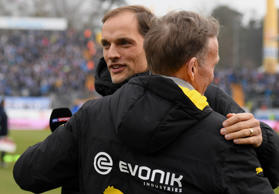 Dortmunds Cheftrainer Thomas Tuchel, links, umarmt am 11. Februar 2017 in Darmst...