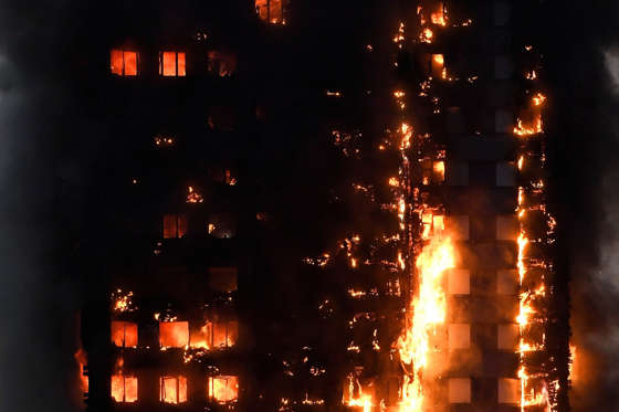 Slide 2 de 12: Flames and smoke billow as firefighters deal with a serious fire in a tower block at Latimer Road in West London, Britain June 14, 2017.