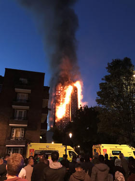 Slide 12 de 12: The Mayor of London, Sadiq Khan, has declared the fire a major incident.