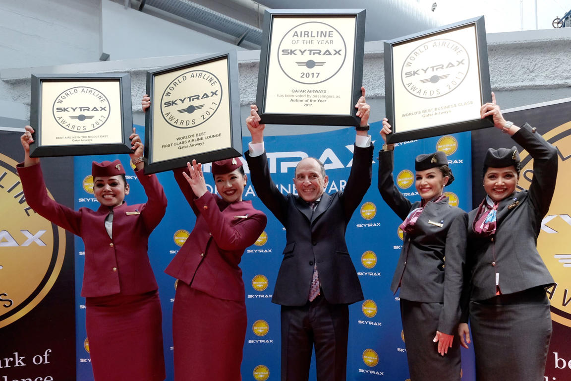 Diapositiva 1 de 26: Akbar Al Baker, Qatar Airways Chief Executive Officer, poses with flight crew members after his company was announced the World's Best Airline along with other awards at the SKYTRAX 2017 World Airline Awards during the 52nd International Paris Air Show at Le Bourget Airport on June 20, 2017, in Paris, France.
