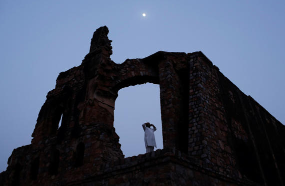 Slide 4 de 36: A Muslim man calls for the evening prayer after having his iftar (breaking of fast) meal during the holy month of Ramadan at the ruins of the Feroz Shah Kotla mosque in New Delhi, India, June 5, 2017. REUTERS/Adnan Abidi TPX IMAGES OF THE