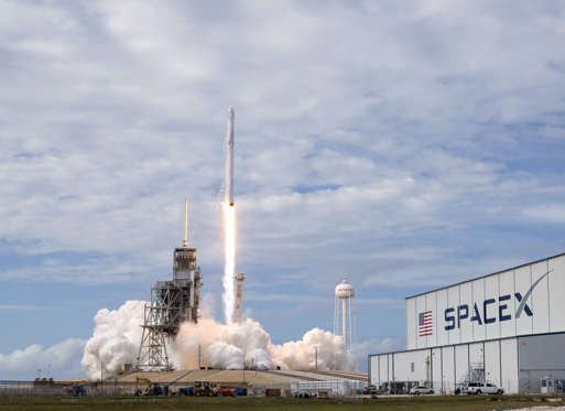 Slide 13 de 36: SpaceX CRS-11 Cargo Mission launch, Cape Canaveral, Florida, USA - 03 Jun 2017 The SpaceX Falcon 9 rocket, with the Dragon spacecraft onboard, is seen at Launch Complex 39A at NASA?s Kennedy Space Center in Cape Canaveral, Florida,. Dragon is carrying al