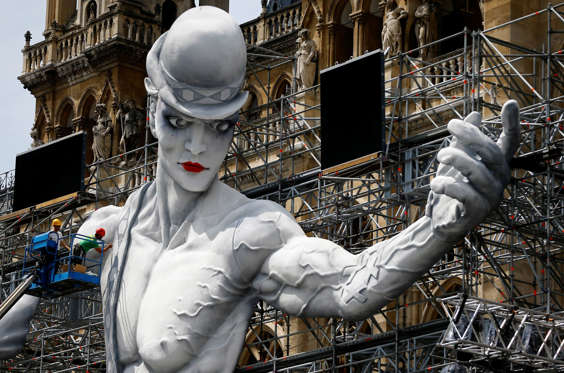 Slide 16 de 36: Workers set-up the stage for the 24th Life Ball in front of the city hall in Vienna, Austria June 6, 2017. REUTERS/Leonhard Foeger TPX IMAGES OF THE