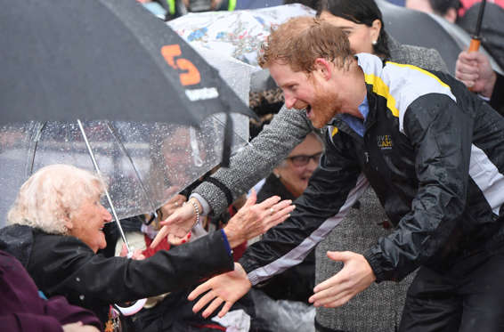 Slide 3 de 36: Britain's Prince Harry meets Daphne Dunne (L), 97, during a walk around The Rocks district of Sydney with New South Wales Premier Gladys Berejiklian during Prince Harry's visit to promote the 2018 Invictis games in Australia, June 7, 2017. REUTERS/Dean L