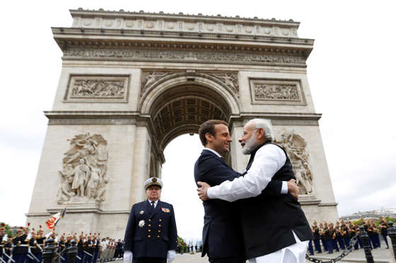 Slide 11 de 36: Prime Minister Narendra Modi (R) says goodbye to French President Emmanuel Macron after a ceremeny at the Arc de Triomphe on the last leg of his four-nation visit in Paris, France, June 3, 2017. REUTERS/Charles Platiau TPX IMAGES OF THE
