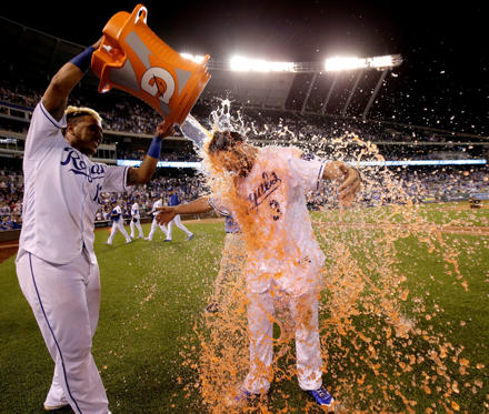 Slide 24 de 36: Kansas City Royals' Mike Moustakas is doused by Salvador Perez after their baseball game against the Houston Astros, Tuesday, June 6, 2017, in Kansas City, Mo. The Royals won 9-7. (AP Photo/Charlie Riedel)