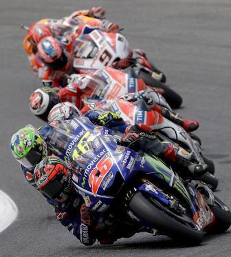 Slide 15 de 36: Spain's Maverick Vinales leads the pack of riders during the Italian Moto GP grand prix at the Mugello circuit, in Scarperia, Italy, Sunday, June 4, 2017. (AP Photo/Antonio Calanni)