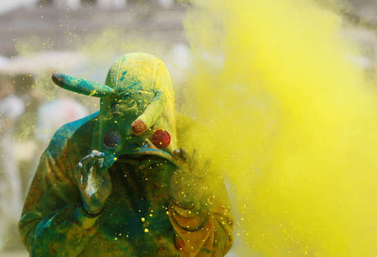 Slide 8 de 36: A participant is covered in coloured powder during the Colour Run in Kiev, Ukraine, June 4, 2017. REUTERS/Valentyn Ogirenko TPX IMAGES OF THE