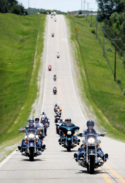 Slide 17 de 36: U.S. Sen. Joni Ernst, R-Iowa, right, leads a group of motorcyclists to her annual fundraiser, Saturday, June 3, 2017, in Boone, Iowa. (AP Photo/Charlie Neibergall)
