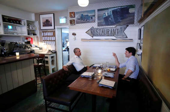 Slide 36 de 36: Canada's Prime Minister Justin Trudeau speaks with former United States President Barack Obama at a restaurant during Obama's visit to address the Montreal Chamber of Commerce, in Montreal, Quebec, Canada June 6, 2017.