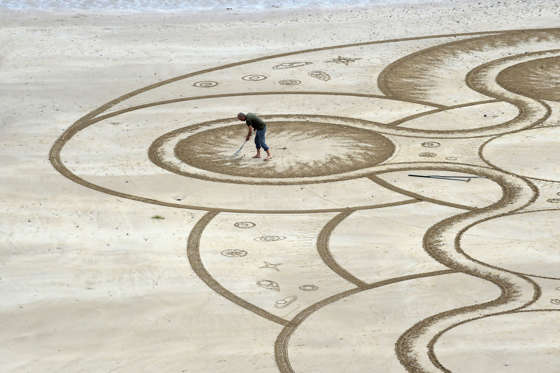 Slide 29 de 36: Sand artist Marc Treanor creates a work on the North Beach at Tenby Harbour, Pembrokeshire, Wales, Britain June 7, 2017. REUTERS/Rebecca Naden TPX IMAGES OF THE