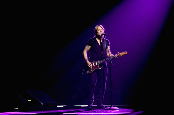 Slide 33 de 36: Keith Urban performs onstage during the 2017 CMT Music Awards at the Music City Center on June 6, 2017 in Nashville, Tennessee.