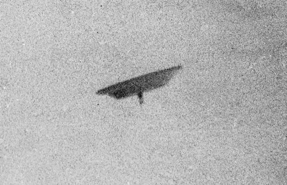 Διαφάνεια 4 από 13: 'This photo of a flying saucer was taken by Paul Trent over his farm, in McMinnville, Oregon.'