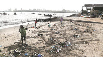 Mumbai high tide washes in garbage