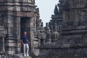 Former U.S. President Barack Obama visits Prambanan Temple in Sleman, Yogyakarta, Indonesia June 29, 2017 in this photo taken by Antara Foto. Antara Foto/Andreas Fitri Atmoko/ via REUTERS ATTENTION EDITORS - THIS IMAGE WAS PROVIDED BY A THIRD PARTY. MANDATORY CREDIT. INDONESIA OUT. NO COMMERCIAL OR EDITORIAL SALES IN INDONESIA....