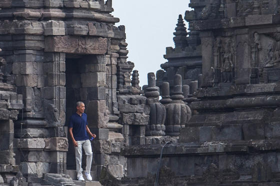 Diapositiva 1 de 25: Former U.S. President Barack Obama visits Prambanan Temple in Sleman, Yogyakarta, Indonesia June 29, 2017 in this photo taken by Antara Foto. Antara Foto/Andreas Fitri Atmoko/ via REUTERS ATTENTION EDITORS - THIS IMAGE WAS PROVIDED BY A THIRD PARTY. MANDATORY CREDIT. INDONESIA OUT. NO COMMERCIAL OR EDITORIAL SALES IN INDONESIA....