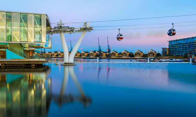 幻灯片 9 - 2: Thames Cable Car at sunset in London.