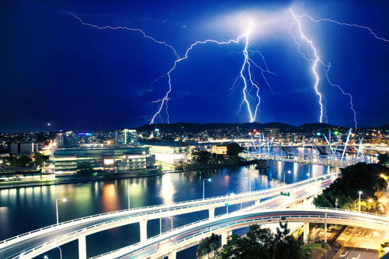 Folie 2 von 20: Multiple electric lightning strikes over river in Brisbane, Queensland, Australia