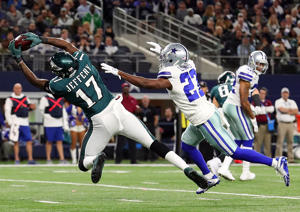 ARLINGTON, TX - NOVEMBER 19:  Alshon Jeffery #17 of the Philadelphia Eagles pulls in a touchdown reception against Jourdan Lewis #27 of the Dallas Cowboys in the second half of a football game at AT&T Stadium on November 19, 2017 in Arlington, Texas.