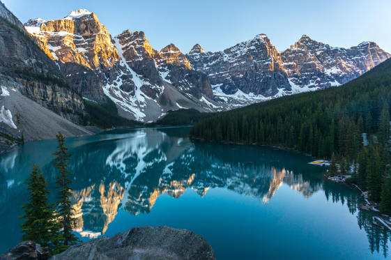 圖片 3 /共 37 張: Moraine lake during sunset, Banff National Park, Canadian Rockies