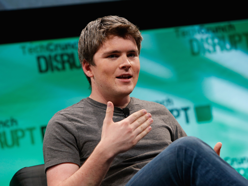 Diapositiva 1 de 15: John Collison, cofounder and president of Stripe, is the world's youngest self-made billionaire.He started Stripe, which has transformed the way people make online payments, with his older brother when he was just 19 years old.He's originally from small-town Ireland, but came to the US to attend Harvard - until he dropped out to focus on Stripe in Silicon Valley. John Collison cofounded tech company Stripe in 2010, when he was only 19 years old. Seven years later, 27-year-old Collison can call himself the youngest self-made billionaire in the world, with a net worth totaling $1.1 billion after Stripe's $9 billion valuation in 2016. The company transformed the way websites accept online payments, and is a favorite of huge companies like Lyft and Facebook. Collison started the company with his older brother Patrick, Stripe's CEO. Although the siblings have struck Silicon Valley gold, they haven't forgotten their humble roots in small-town Ireland. Today, Collison enjoys flying planes, running, and going on hikes with members of the Stripe team. Read on to learn more about the world's youngest self-made billionaire: