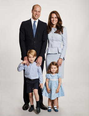 圖片 1 /共 27 張: Princess Charlotte poses with her parents Prince William and Catherine, Duchess of Cambridge, and older brother George for the 2017 Christmas Card released by The Kensington Palace on Dec. 18.