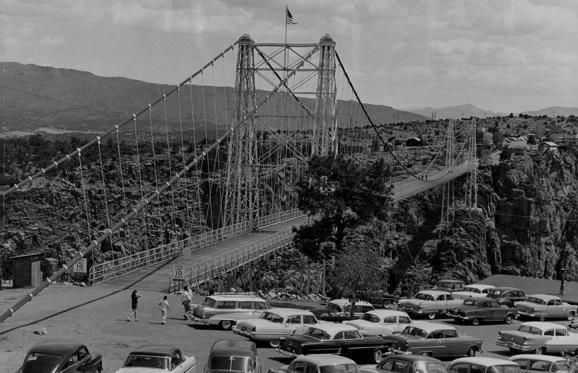 Dia 1 van 49: Royal Gorge Bridge 5-25-1956 Familiar sight to thousands of tourists each year is bridge across Royal Gorge near Canon City, Bridge is 1260 feet long Bridge floor 1053 feet above bottom of gorge. Completed in 1929 at cost of $1 million Visitors in 1955 totaled 465,000. Credit: Denver Post (Denver Post via Getty Images)