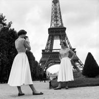 1955: German twin sisters Ellen and Alice Kassler from Dusseldorf are dancers at the Lido luxury nightclub in Paris. On a day off they visit the Eiffel Tower. (Photo by Terence Le Goubin/BIPs/Getty Images)