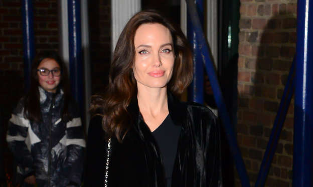 66 枚のスライドの 2 枚目: NEW YORK, NY - DECEMBER 14: Actress Angelina Jolie is coming out of 92Y on December 14, 2017 in New York City. (Photo by Raymond Hall/GC Images)