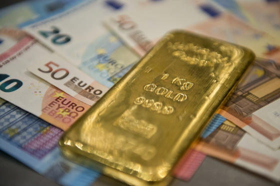 Diapositiva 1 de 12: A Gold bar and money in the safe of Pro Aurum Gold trading house on February 16, 2016 in Muenchen, Germany. (Photo by Michael Gottschalk/Photothek via Getty Images)