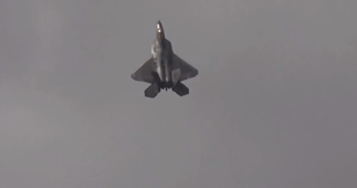 F-22 Raptor shows off impressive manoeuvre at airshow