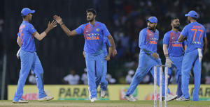 India's Vijay Shankar, second left, celebrates the dismissal of Sri Lankas' Upul Tharanga during their Twenty20 cricket match in Nidahas triangular series in Colombo, Sri Lanka, Monday, March 12, 2018. (AP Photo/Eranga Jayawardena)