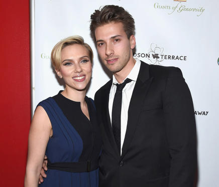 Diapositive 1 sur 24: NEW YORK, NY - NOVEMBER 18: Scarlett Johansson and her brother Hunter Johansson attend the 2nd Annual Champions Of Rockaway Hurricane Sandy Benefit at Hudson Terrace on November 18, 2014 in New York City. (Photo by Gary Gershoff/WireImage)
