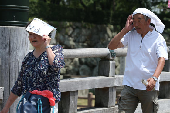 Διαφάνεια 2 από 33: HIMEJI, JAPAN - JULY 25:  Elderly people use a hand-towel and a book to cover their heads from sunlight as the city temperature reaches 36 degree celsius on July 25, 2018 in Himeji, Japan. A natural disaster has been declared as thousands of people have been taken to hospital with heat stroke as the death toll continues to rise in Japan following the record-breaking heat wave.  (Photo by Buddhika Weerasinghe/Getty Images)
