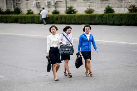 圖片 1 /共 16 張: Young North Korean women walk on the street in Pyongyang, North Korea, 30 August 2016.