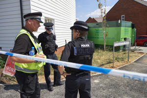 Police officers stand guard at a residential house in Amesbury, southern England, on July 7, 2018. - The exposure of an apparently random British couple to the same nerve agent used against former Russian double agent Sergei Skripal, in the same part of southwest England, has sent officials scrambling to discover the source of the contamination. (Photo by NIKLAS HALLE'N / AFP)        (Photo credit should read NIKLAS HALLE'N/AFP/Getty Images)