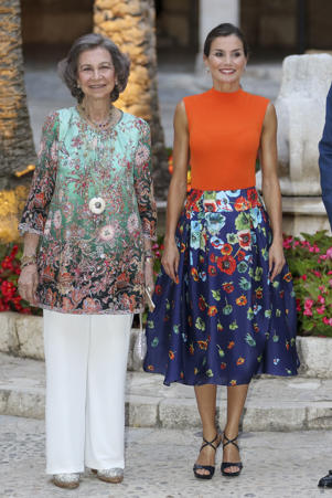 Queen Letizia of Spain (R) and Queen Sofia (L) host a dinner for authorities at the Almudaina Palace on August 3, 2018 in Palma de Mallorca, Spain
